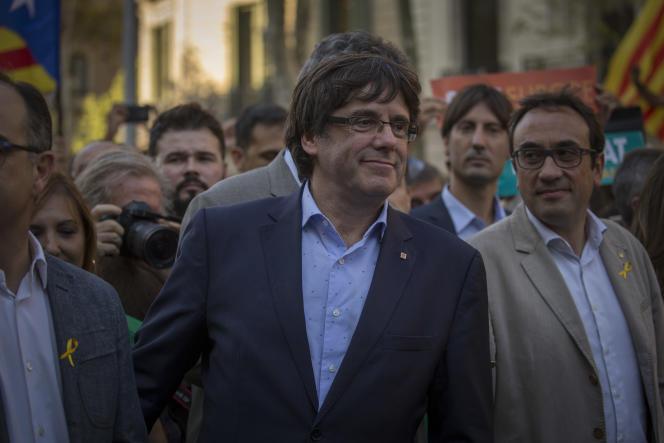 Le président catalan Carles Puigdemont a rejoint les manifestants dans les rues de Barcelone, le 21 octobre.