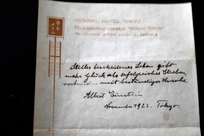 La note sur le secret d'une vie heureuserédigée (en allemand) par Albert Einstein dans un hôtel de Tokyo en 1922.