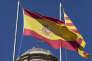 """SPAIN/CATALONIA/INDEPENDANCE/BARCELONA/2017OCT21/ Manifestation de milliers de catalans venus protester contre la detention pour sedition des """"Deux Jordis"""" (CUIXART et SANCHEZ) par la justice espagnole en presence du gouvernement catalan et de son president Carles PUIGDEMONT.Le drapeau espagnol flotte toujours sur le generalite de Catalogne. © Georges BARTOLI / Divergence pour Le Monde"""