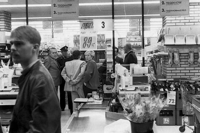 La police arrive sur les lieux d'une attaque des« tueurs du Brabant» dans un magasin Delhaize, à Alost, en Belgique, le 9 novembre 1985.