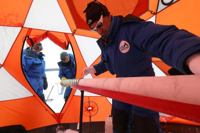 Au sommet de l'Illimani, en Bolivie, Patrick Ginot manipule une carotte de glace extraite du glacier.