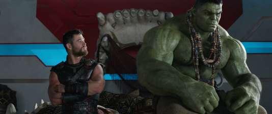 De gauche à droite : Thor (Chris Hemsworth) et Hulk (Mark Ruffalo) dans le film« Thor : Ragnarok ».