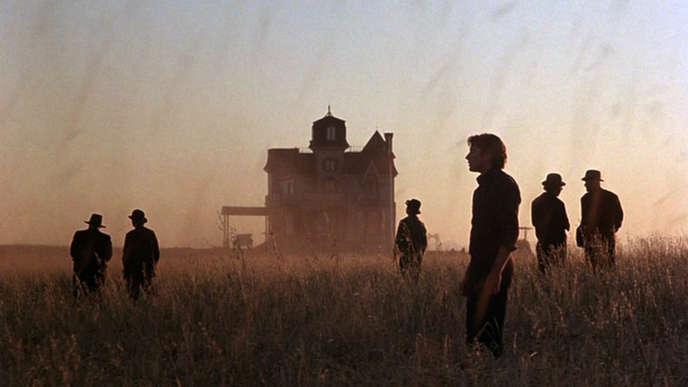Terrence Malick, dans les grandes compositions picturales des Moissons du ciel (1978), fait baigner les travaux des champs dans la lumière crépusculaire de L'Angelus.