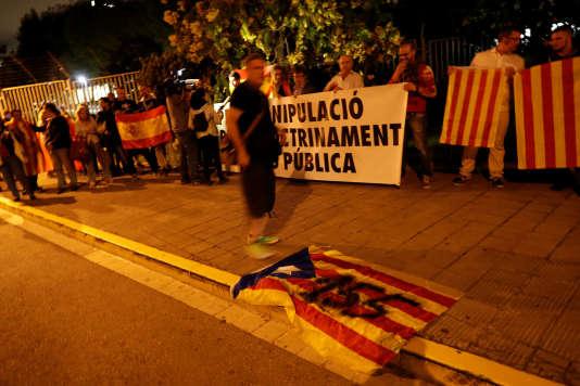 Manifestation d'anti-indépendantistes devant la télévision catalaneTV3, à Barcelone, en octobre 2017.