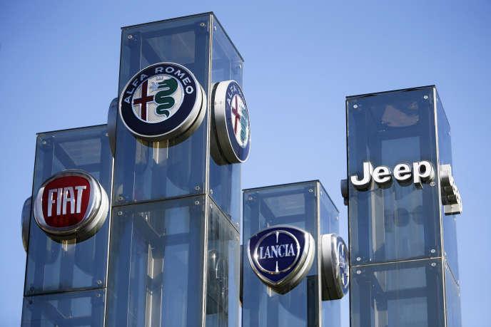 Les marques du groupe Fiat Chrysler Automobiles chez un concessionnaire automobile, à Turin (Italie), le 21 août.