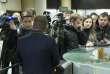 Des journalistes d'Echo de Moscou rassemblés dans le hall d'entrée de la radio après l'attaque au couteau contre leur collègue Tatiana Felguengauer, lundi 23 octobre.