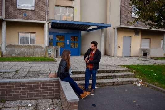 Jade et Jérémy discutent devant l'entrée de la résidence Pont-de-Bois, dans la banlieue de Lille (Nord).