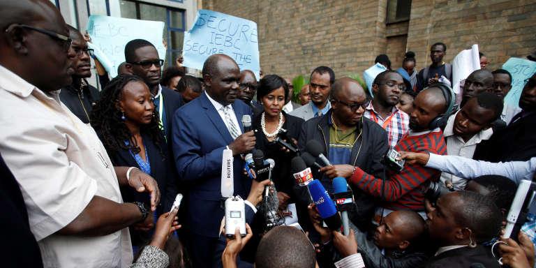 Wafula Chebukati (en costume, au centre), le président de la Commission électorale kényane, le 1er août 2017, à Nairobi.