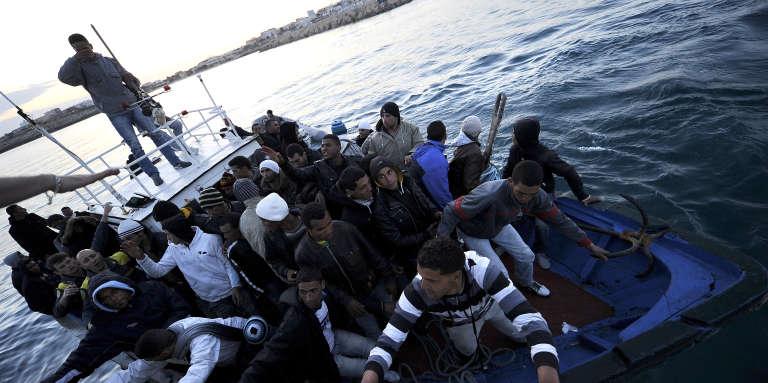Des migrants tunisiens accostent au port de Lampedusa, en Italie, en avril 2011.