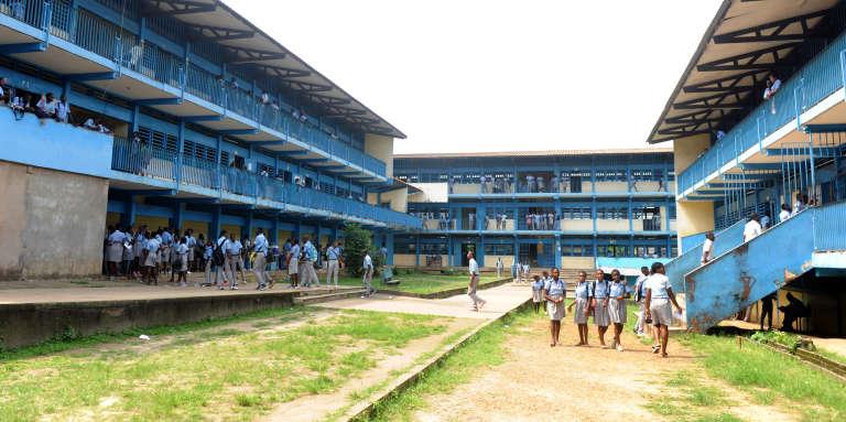 Des élèves dans la cour de leur établissement, à Libreville, au Gabon, en janvier 2016.