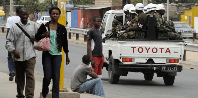Une patrouille de police dans les rues de Maputo, au Mozambique, en septembre 2010.