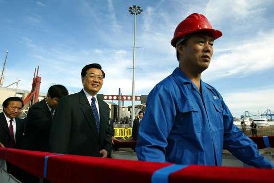Hu Jintao sur un chantier naval de Las Palmas, dans les Canaries, le 24 novembre 2004.
