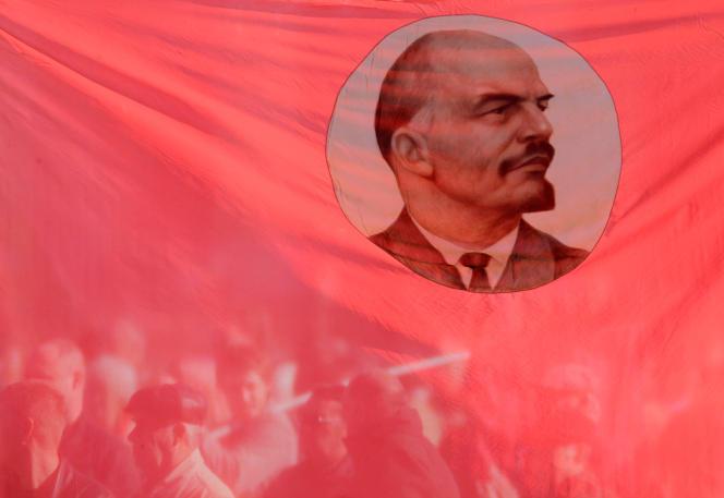 Des sympathisants communistes, derrière un drapeau rouge à l'effigie de Lénine, lors d'un rassemblement pour l'anniversaire de la révolution de 1917 à Stavropol, le 7 novembre 2010.