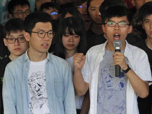 Le 17 août, Joshua Wong (à droite) et Nathan Law (à gauche) avaient prononcé un discours devant la cour de justice.