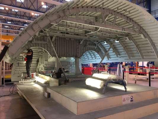 Un élément du fuselage de l'A380 à Gimont, commune rurale de 3000 habitants, où le fabricant historique d'avions Latécoère a transféré en 2002 une partie de sa production de haute technologie, jusque-là enclavée en centre-ville de Toulouse.
