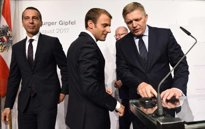 Emmanuel Macron avec le chancelier autrichien Christian Kern (à.gauche) et le premier ministre slovaque Robert Fico, à Salzbourg (Autriche), 23 août.