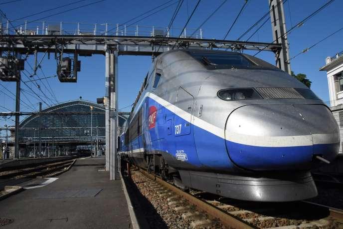 Le premier TGV reliant Paris à Bordeaux en 2h04, le 2 juillet 2017.