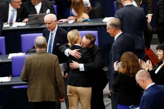 La chef de l'AfD, Alice Weidel, au centre, embrasse le député du même parti Kay Gottschalk, pour la session inaugurale du Bundestag.