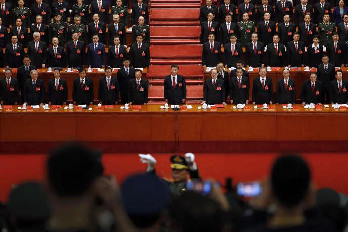 Le président chinois Xi Jinping debout avec les cadres du PCC lors de la cérémonie de clôture du 19e congrès du parti, le 24 octobre.