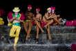 A La Havane, à Cuba, le 18 août. Des danseurs profitent d'un hot spotWi-Fi avant le carnaval.
