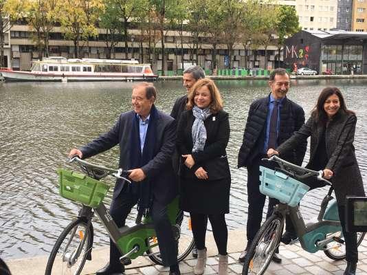 Patrick Ollier presidente de Greater Paris Métropole y Anne Hidalgo alcaldesa de París prueban el nuevo Vélib el 25 de octubre.