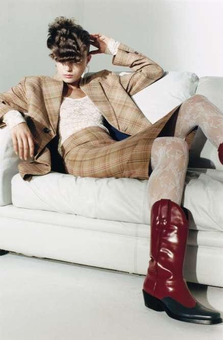 Tailleur en coton, Vivienne Westwood. Top en dentelle Stretch, Nina Ricci. Boucles d'oreilles,Jennifer Fisher. Bottes en cuir, Calvin Klein 205W39NYC.