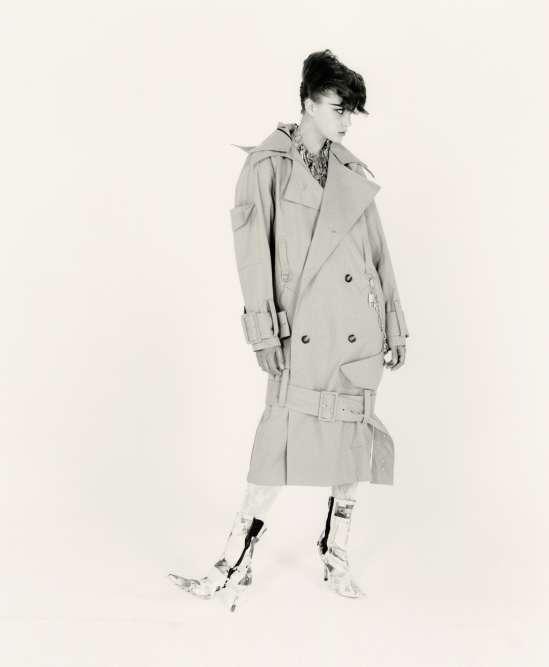 Manteau en coton etbottines en papier, Anne Sofie Madsen. Collier, Balenciaga. Chaîne, Ambush.