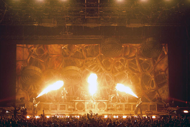 En mars 2012, à Paris, le spectacle est total, avec des effets pyrotechniques en abondance