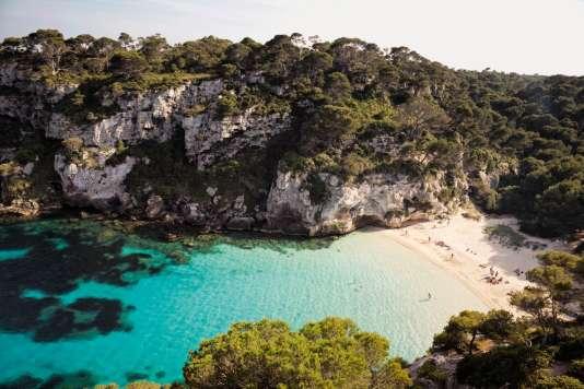 La plage de Macarelleta, dont la crique turquoise semble tout droit sortie d'une carte postale caribéenne.