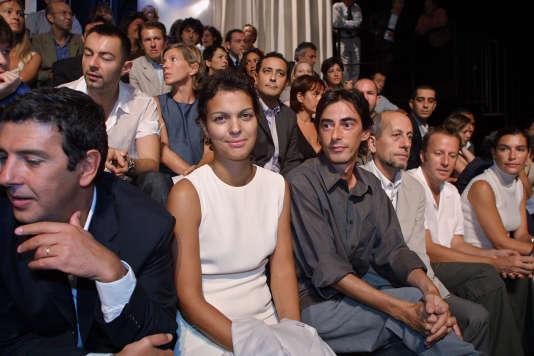 Isabelle Giordano et Philippe Vecchi assistent, le 22 août 2001, au siège de Canal+, à Paris, à la conférence de presse de présentation de la grille des programmes de la rentrée 2001-2002 de la chaîne cryptée.