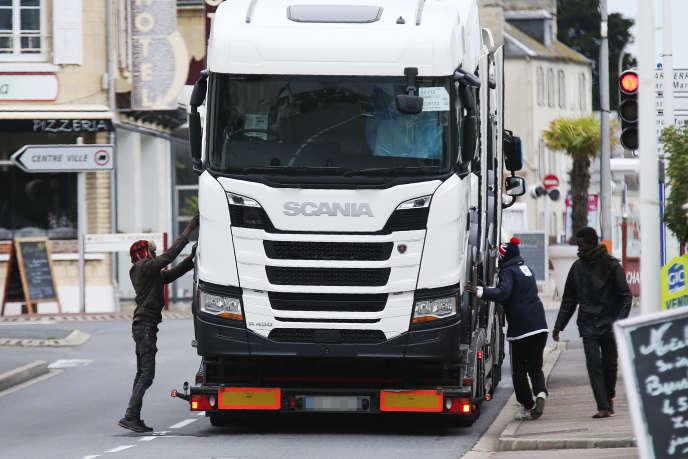Des migrants tentent de monter dans un camion en partance pour l'Angleterre. Trois ferries partent de Ouistreham (Calvados) tous les jours.