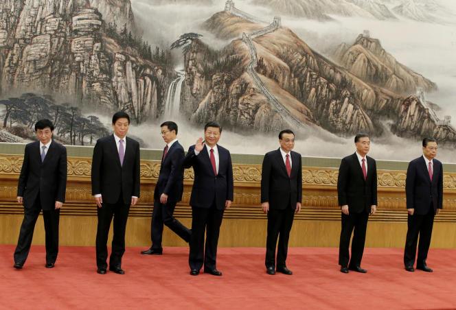 Le président chinois, Xi Jinping, etouré des membres du nouveau comité permanent du bureau politique du Parti communiste, le 25 octobre à Pékin.