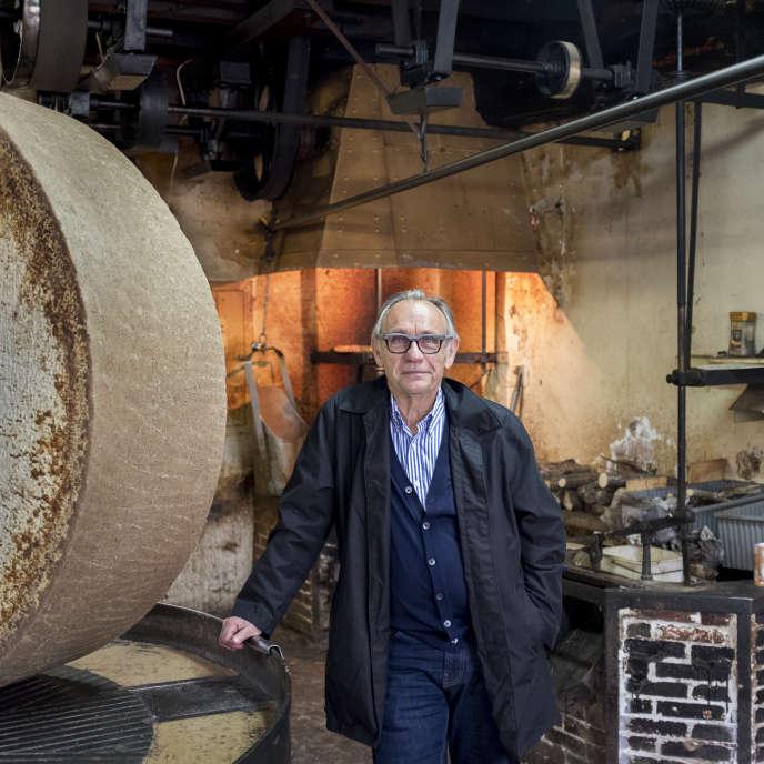 Alain Desboudard, producteur de noisettes et inventeur de la Cazette, devant la meule du Moulin de l'Ile, où il fait presser son huile.