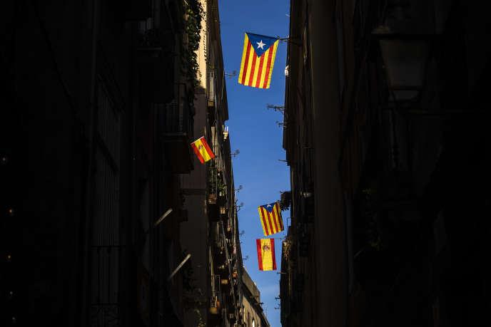 Des drapeaux catalans et espagnols dans une rue de Barcelone, le 24 octobre.