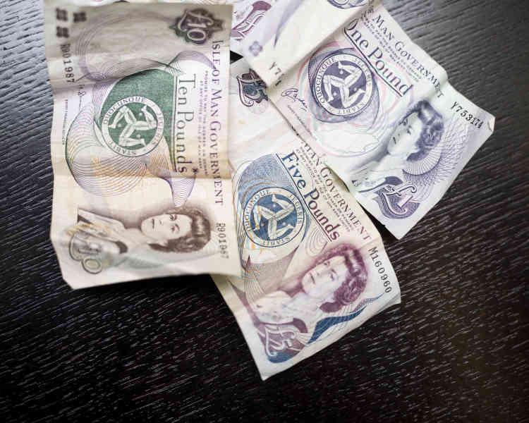 Symbole de ce statut intermédiaire qui la caractérise depuis des siècles, l'île de Man imprime ses propreslivres sterling, qui restent arrimées à la monnaie britannique et ont strictement la même valeur.