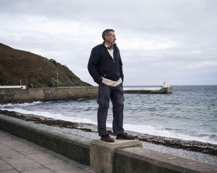 Philip Craine préfère le front de mer de l'ancien village minier de Laxey aux cabinets offshore de Douglas, la capitale de l'île de Man. Successivement expert-comptable, travailleur humanitaire et guide touristique, il est l'un des rares à s'opposer au poids de l'industrieoffshore. Il a réuni autour de lui unpetit groupe d'habitants qui tentent de réorienter la politique fiscale du gouvernement.