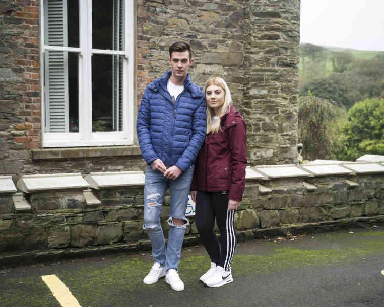 L'île de Man, 88 000 habitants, peine à retenir sa jeunesse, faute de travail en dehors du secteur financier. Charlotte Torr, 20ans, et Juan Brown, 21ans, songent à s'expatrier en Angleterreaprès leur cursus en soins dentaires.