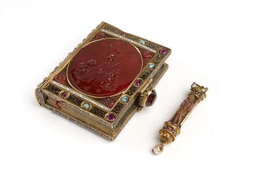 Livre d'heures de François 1er, reliure en or émaillé, garnie de rubis et de turquoises, portant une intaille en cornaline représentant le Christ en croix entouré de saint François d'Assise et de saint Jérôme.
