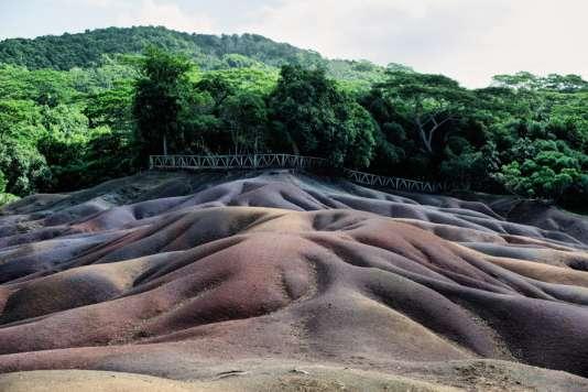 Curiosité de l'île, les Terres des 7 Couleurs, un phénomène d'origine volcanique dû à la présence de feret d'aluminium.