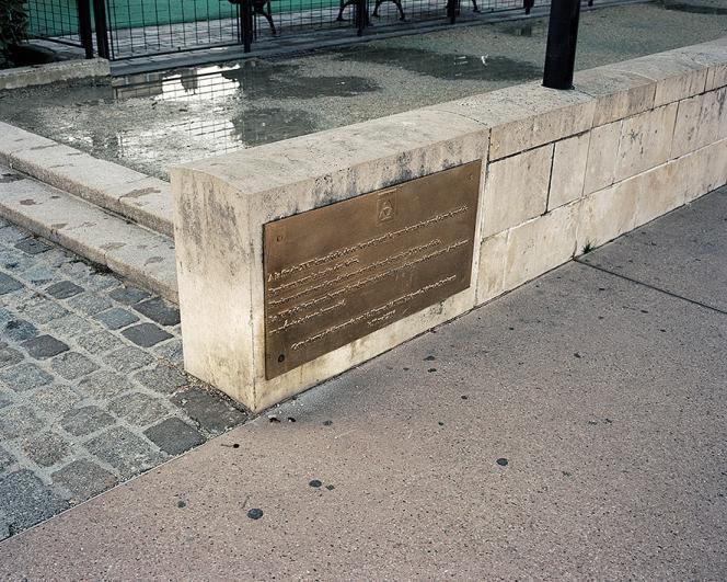 La plaque commémorative inaugurée en 2006reste très discrète. Elle est installéeà l'endroit d'où partit« le premier navire armédans le port de Bordeaux pour la traite des Noirs ».