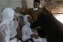 Des membres des services de secours soignés après un bombardement au gaz sarin à Khan Cheikhoun, dans la province d'Idlib en Syrie, le 4 avril 2017.
