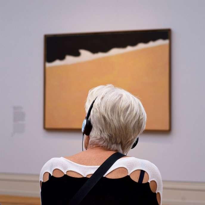 Une femme devant un tableau de Milton Avery.