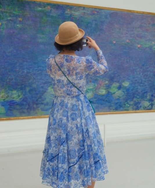 Une femme photographie «Les Nymphéas» de Monet, au Petit Palais, à Paris.