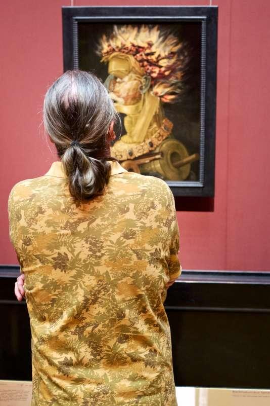 Un homme portant un polo à l'imprimé feuillu admire un portrait de Giuseppe Arcimboldo, également feuillu, au Musée d'histoire de l'art de Vienne (Autriche).