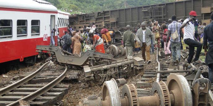 Des rescapés du déraillement du train n°152 de Camrailà Eseka, au Cameroun, le 21octobre 2016.