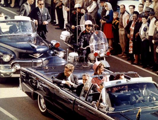 John F. Kennedy et son épouse Jacqueline, à Dallas (Texas), peu avant l'assassinat du président américain, le 22novembre1963.