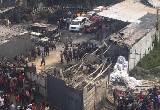 L'incendie s'est déclaré dans la matinée dans un complexe industriel à Tangerang, dans la périphérie de la capitale.