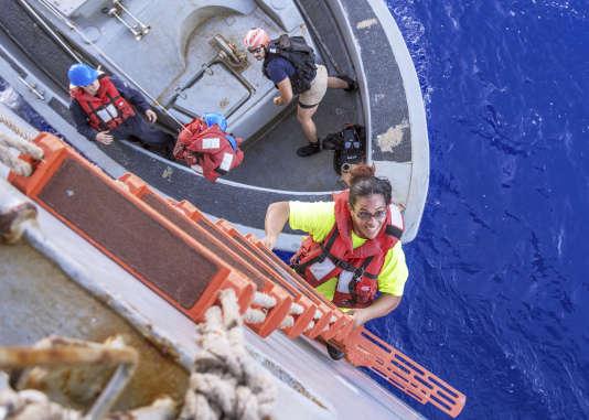Tasha Fuiaba, l'une des deux rescapées, monte à bord du navire des gardes-côtes américains, le 25octobre 2017.