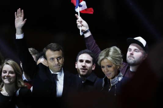 Morgan Simon, à droite (coiffé d'une casquette), le 7 mai lors de la victoire d'Emmanuel Macron à l'élection présidentielle.