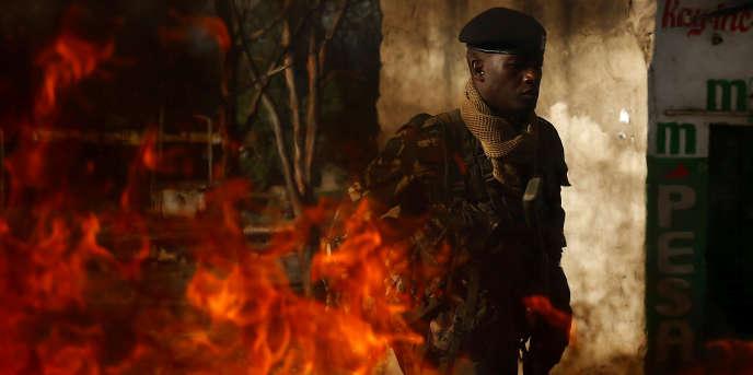 Un policier près d'une barricade en feu dans le bidonville de Mathare, à Nairobi, au Kenya, le 26octobre 2017.